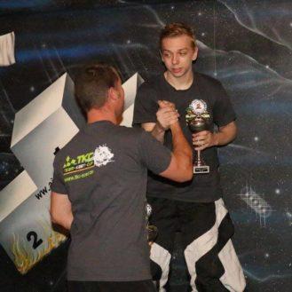 Tagessieger Marc Schmid gratuliert dem neuen Meister Renato Basler